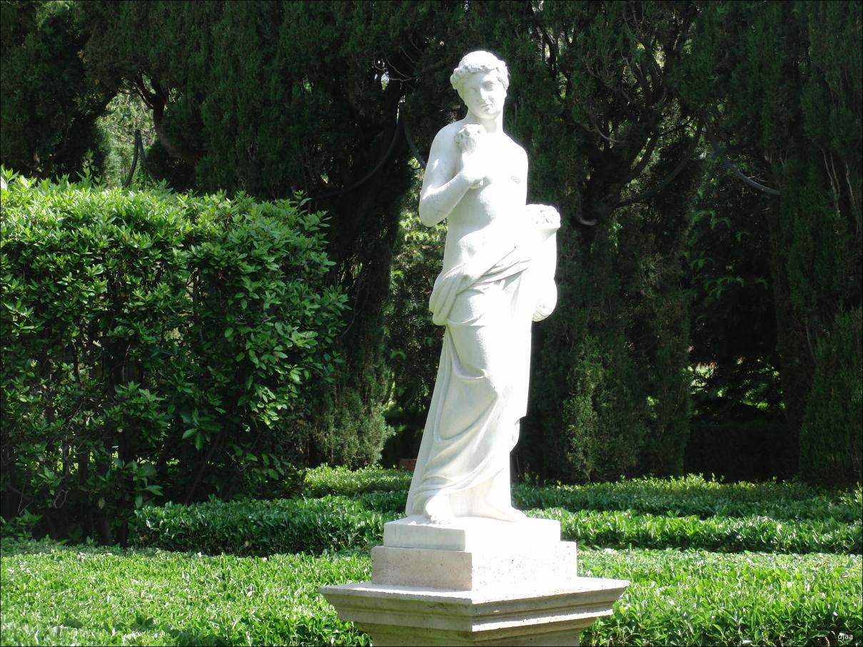 Piscina en desuso utilizar como estanque - Esculturas para jardines ...